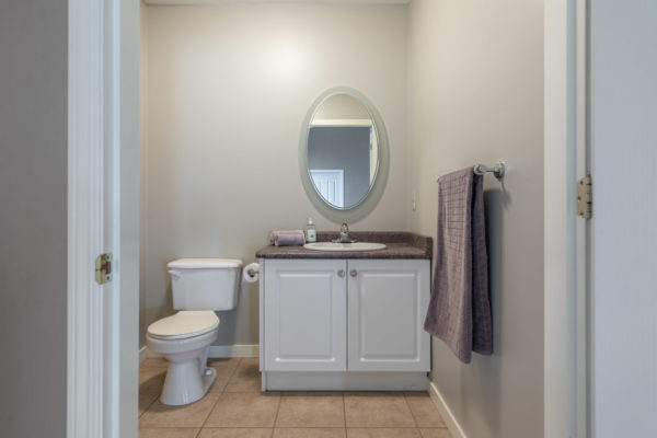 white bathroom Tracey Vrecko Kelowna Real Estate