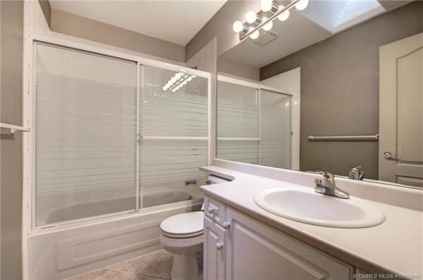 white bathroom Quincy Vrecko Kelowna Real Estate