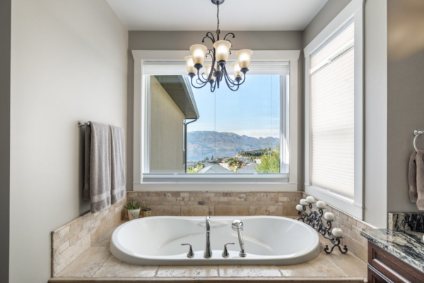 1477 Pinot Noir Drive - soaker tub with view - Quincy Vrecko